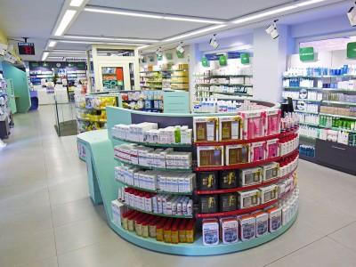 3. L'area vendita perfetta: prodotti disposti con cura e strategia, messi in evidenza da una segnaletica curata.