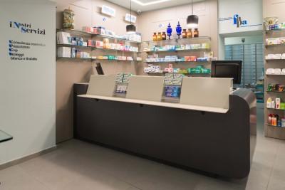 2. Il banco etico è la zona dove la maggior parte dei clienti si dirige una volta entrata in farmacia. Rendila il più accogliente possibile con una piccola sala d'aspetto e non dimenticare di concedere al cliente la giusta privacy.